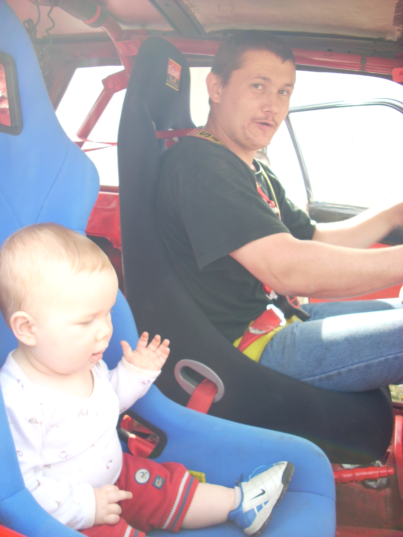 mon fils avec son fils dans sa 104 rally